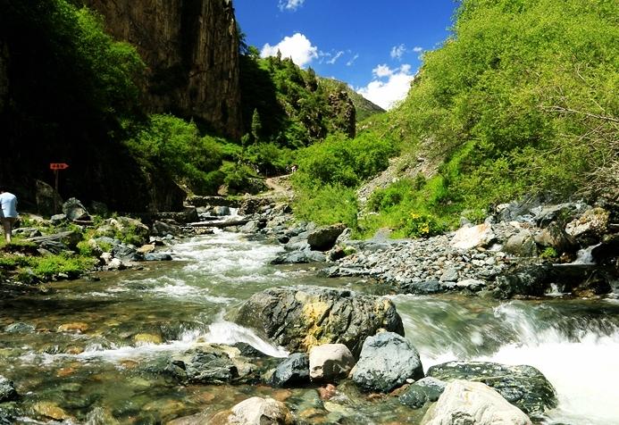 徒步察汗河国家森林公园